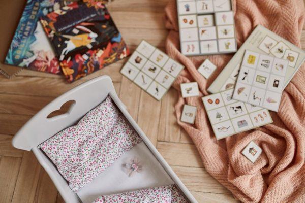 Drewniane łóżeczko dla lalek z pościelą - jasnoszare - różowa łączka