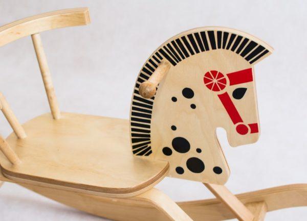 Drewniany konik na biegunach z oparciem Groszek