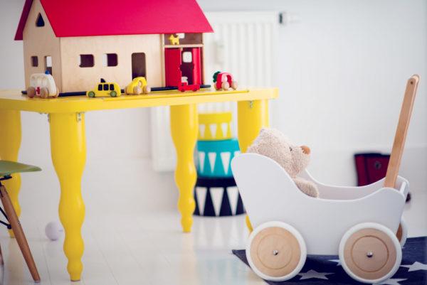 Drewniany wózek dla lalek - pchacz Tola - biel połączona z naturalnym drewnem